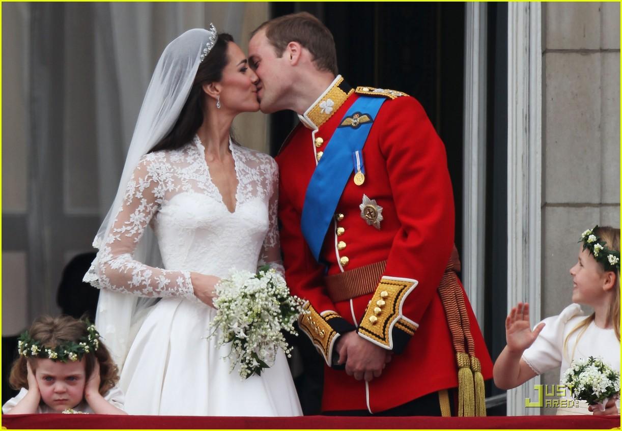 Kate Middleton & Prince William Royal Wedding s First Kiss