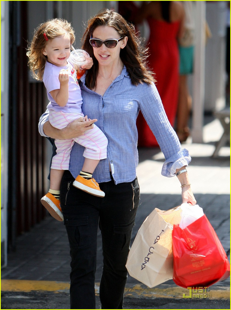jennifer garner brentwood fun with seraphina 03