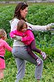 jennifer garner vegetable picking with violet and seraphina 06