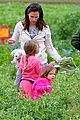 jennifer garner vegetable picking with violet and seraphina 09