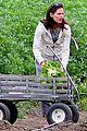 jennifer garner vegetable picking with violet and seraphina 12