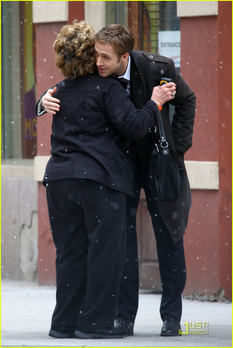 ryan gosling hugs fan 05