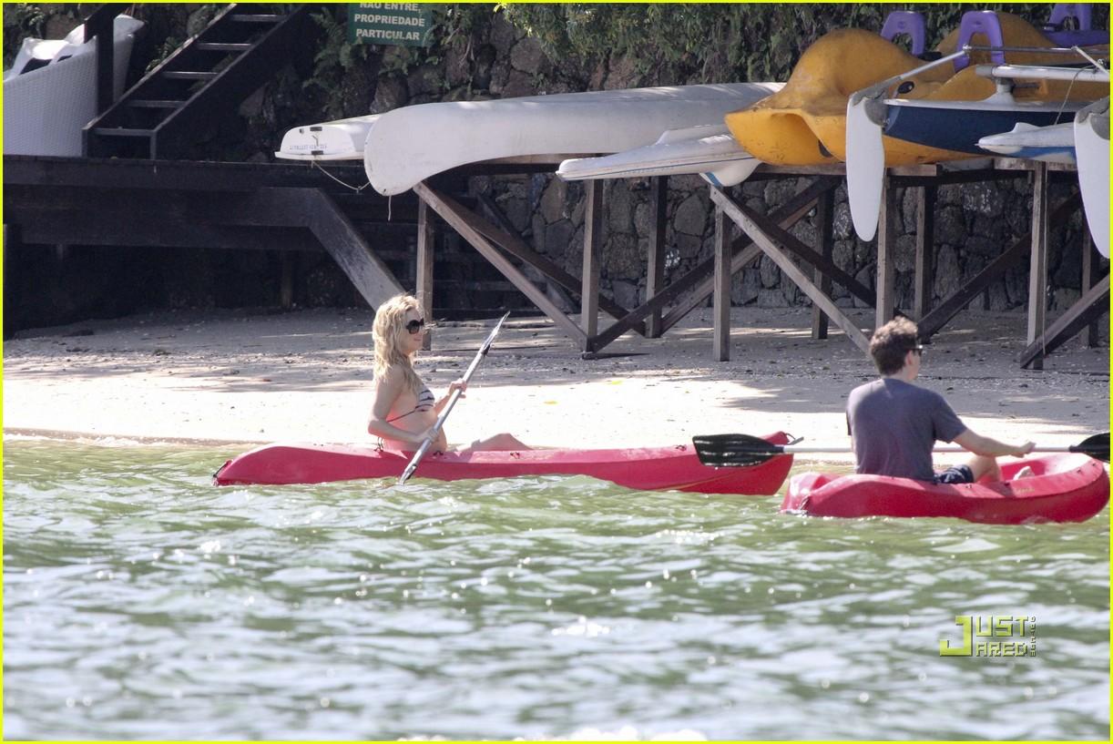 kate hudson pregnant bikini kayak 10