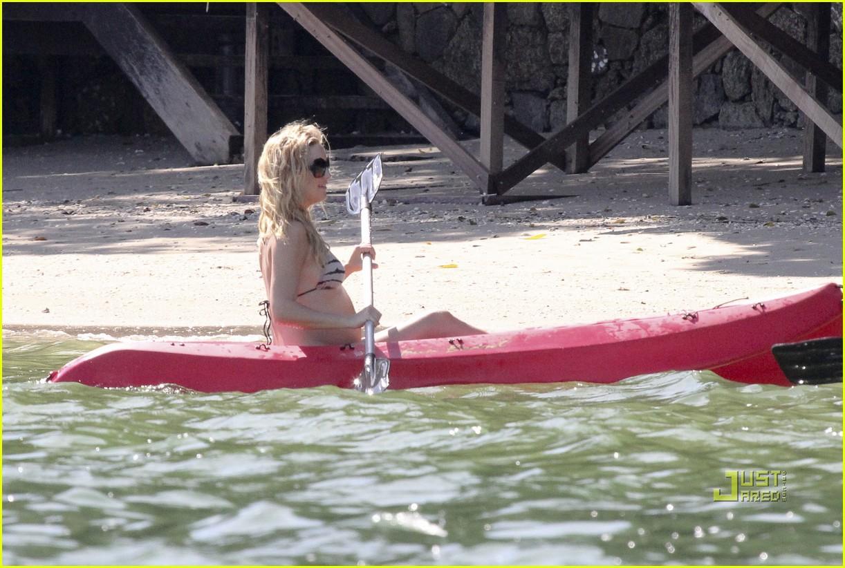 kate hudson pregnant bikini kayak 13