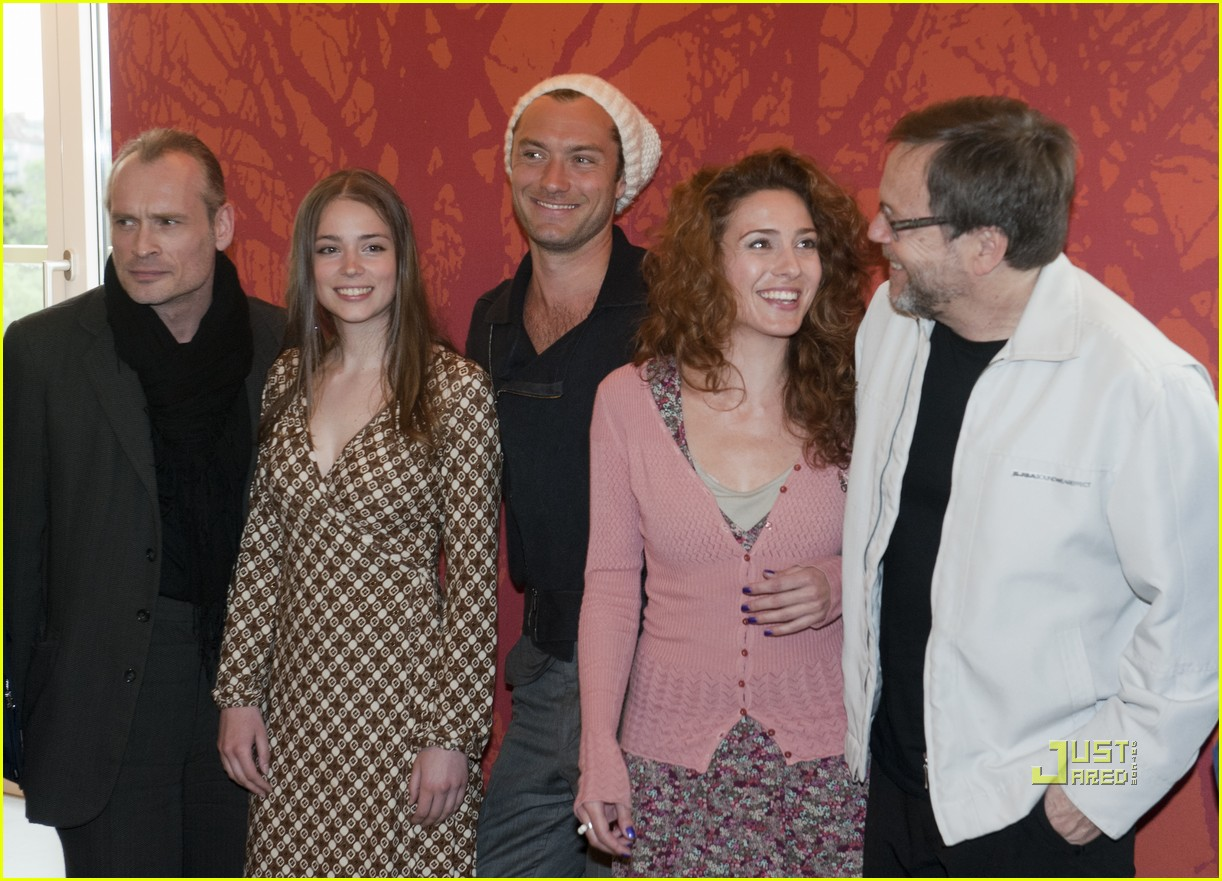jude law 360 photo call 02