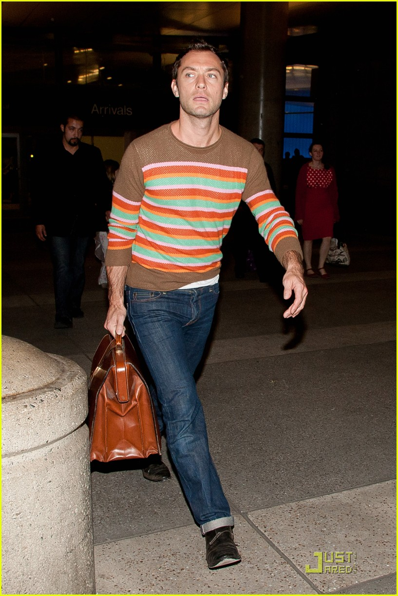 jude law lax arrival with sadie kids 01