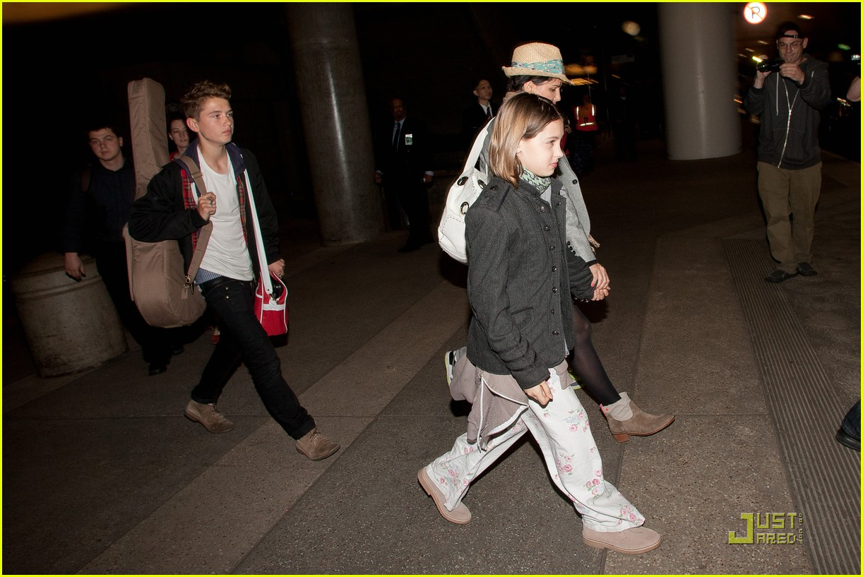 jude law lax arrival with sadie kids 07