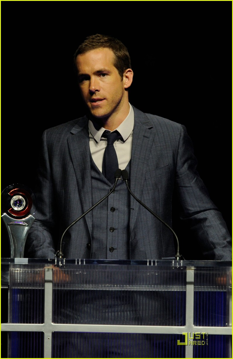 ryan reynolds cinemacon awards 2011 04