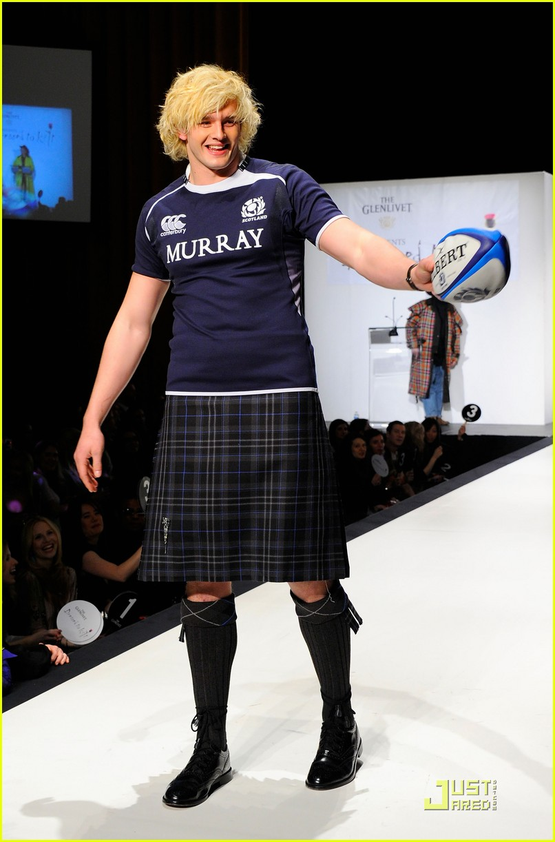 kiefer sutherland dressed to kilt 12