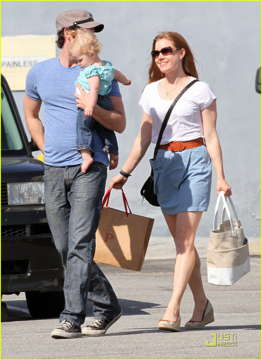amy adams saturday shopping with darren and aviana 14