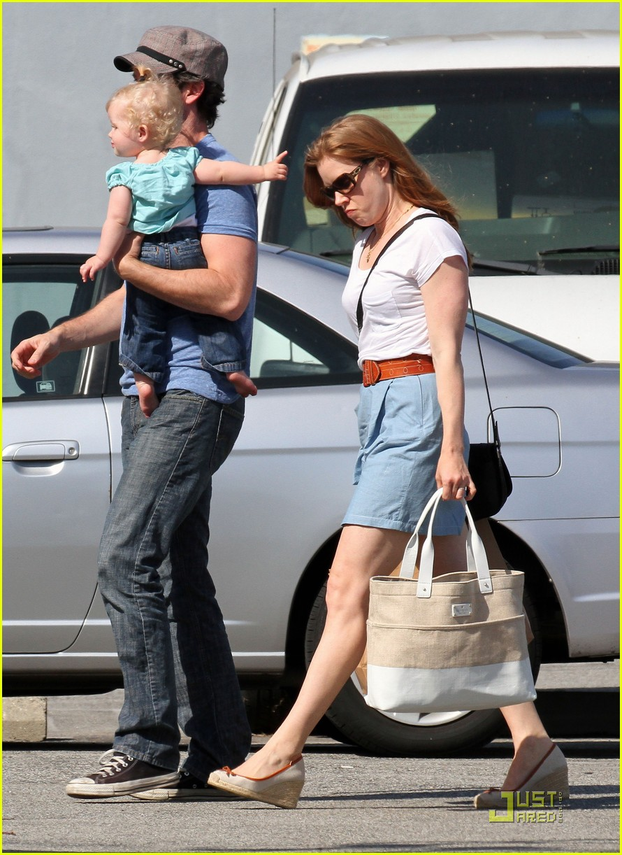 amy adams saturday shopping with darren and aviana 15