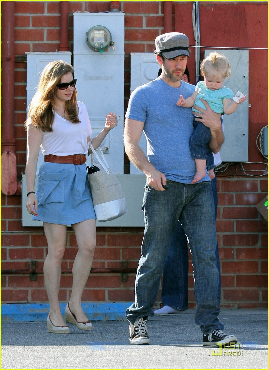 amy adams saturday shopping with darren and aviana 19