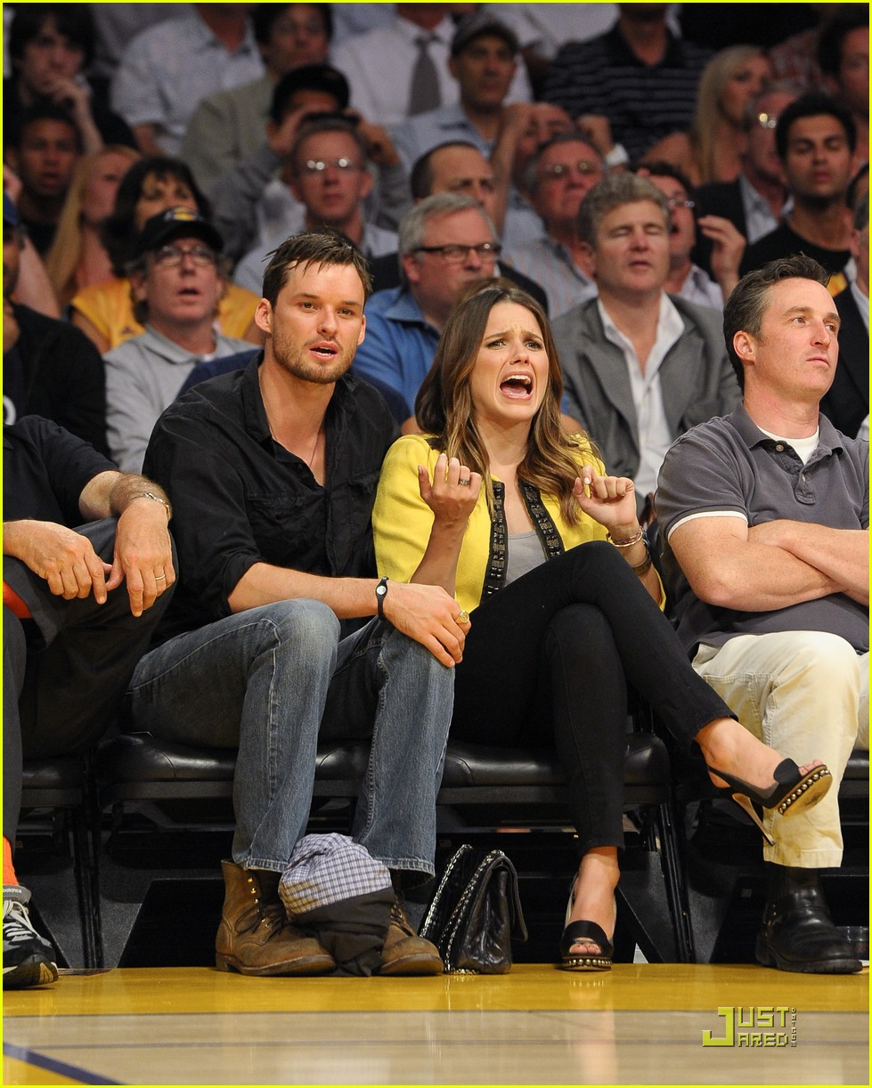 sophia bush austin nichols watch the lakers lose game 2 03