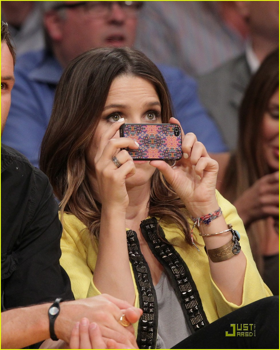 sophia bush austin nichols watch the lakers lose game 2 04