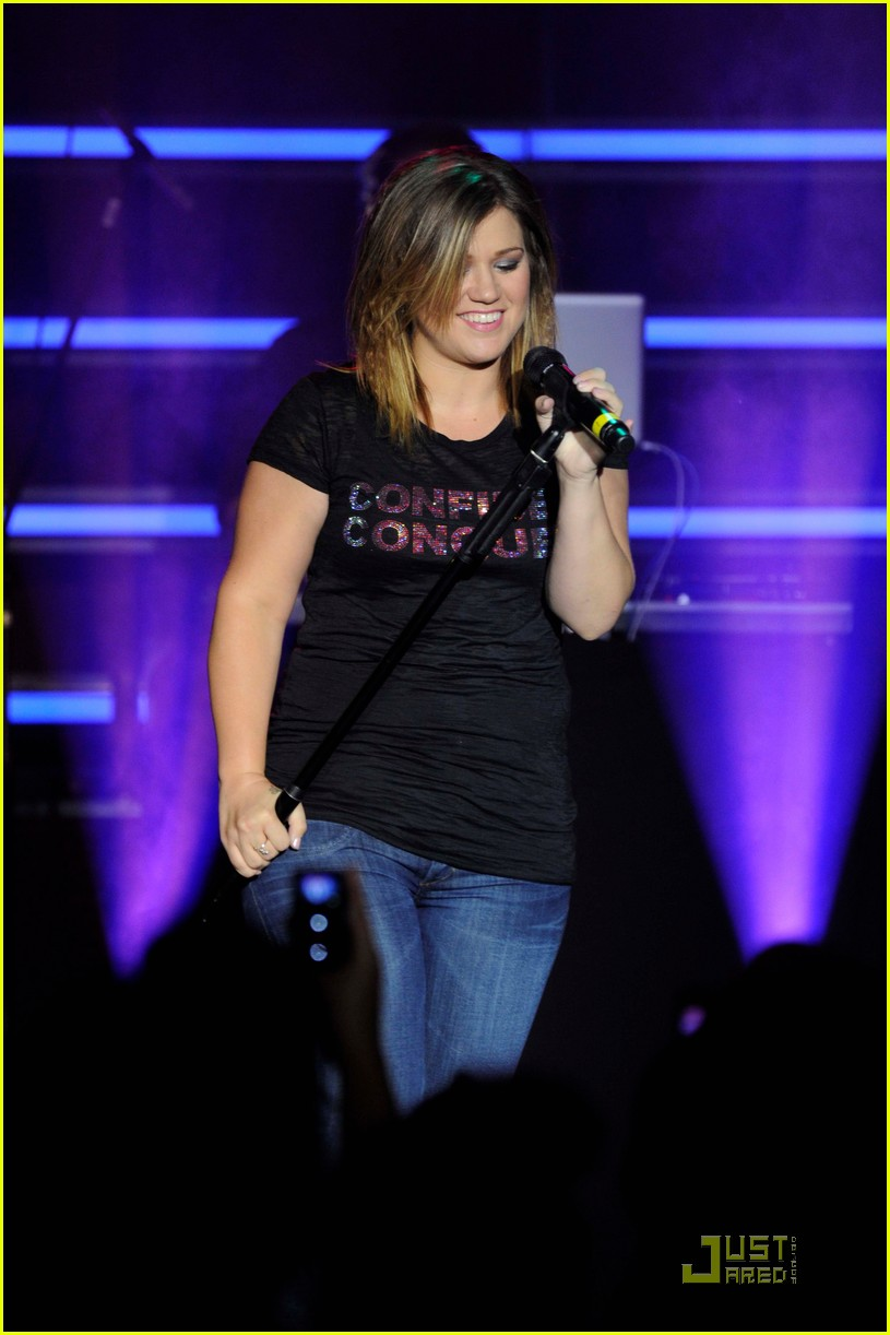 kelly clarkson tupperware concert 01