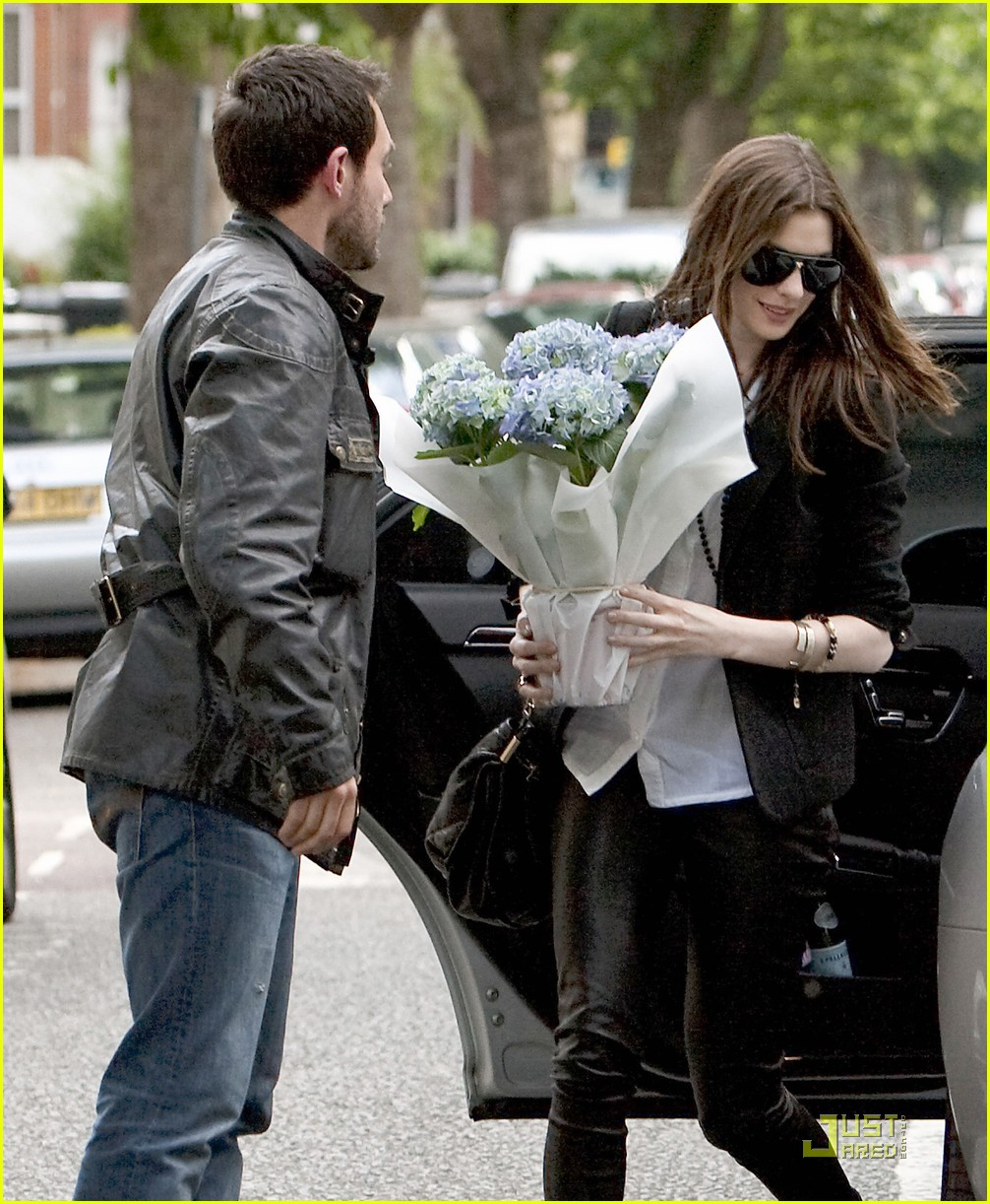 Anne Hathaway Real Name: Anne Hathaway: Flower Power!: Photo 2546059