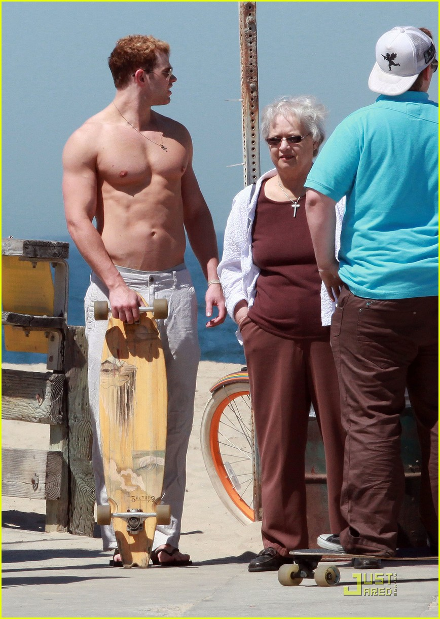 kellan lutz shirtless in venice beach 04