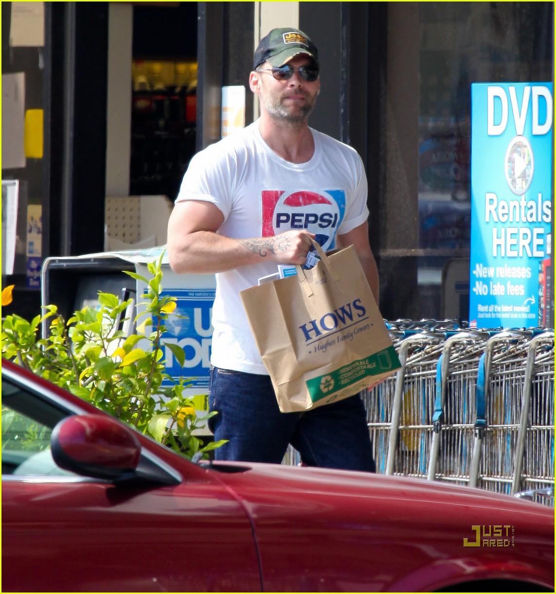 seann william scott pepsi shirt grocery store 01