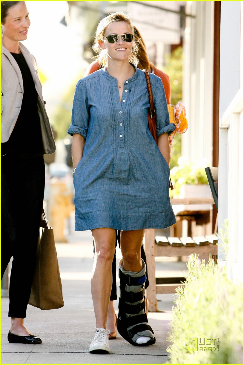 Full Sized Photo of reese witherspoon medical boot 12 ... Reese Witherspoon