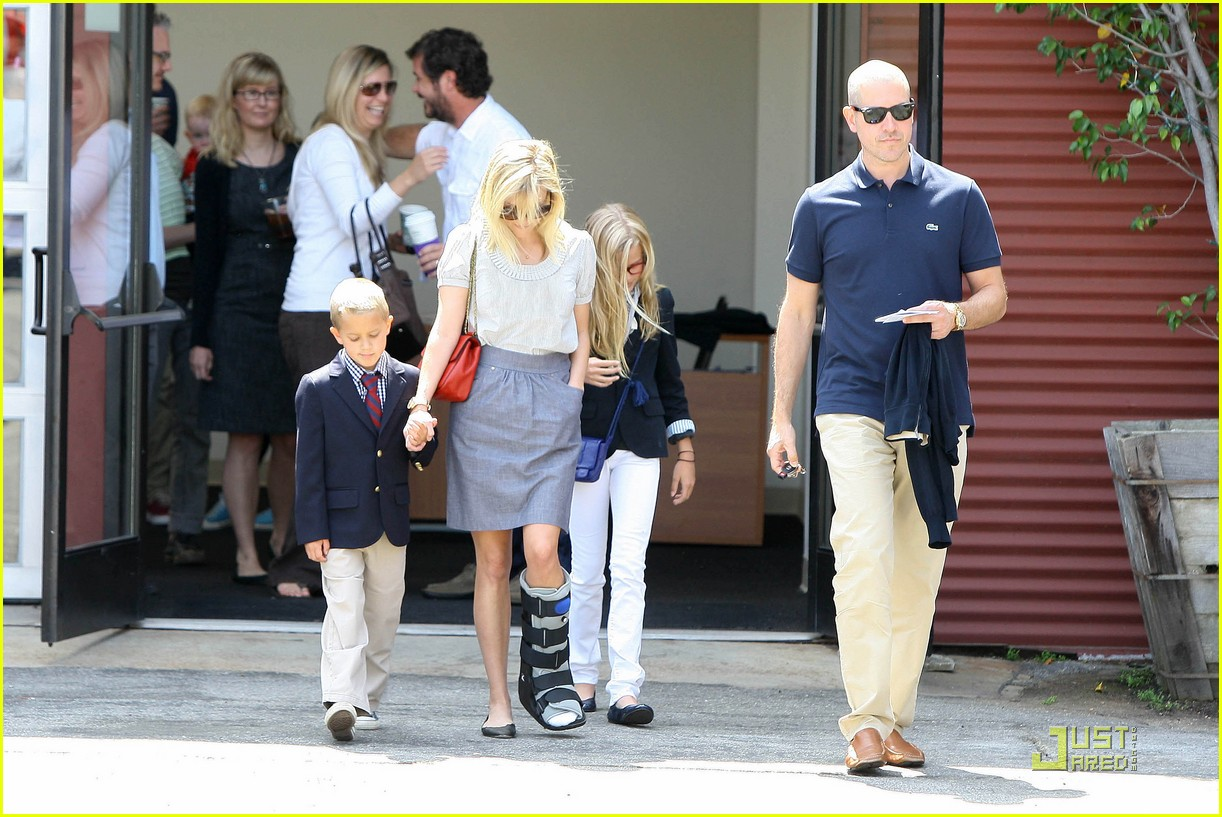 reese witherspoon wears cast on mothers day 13