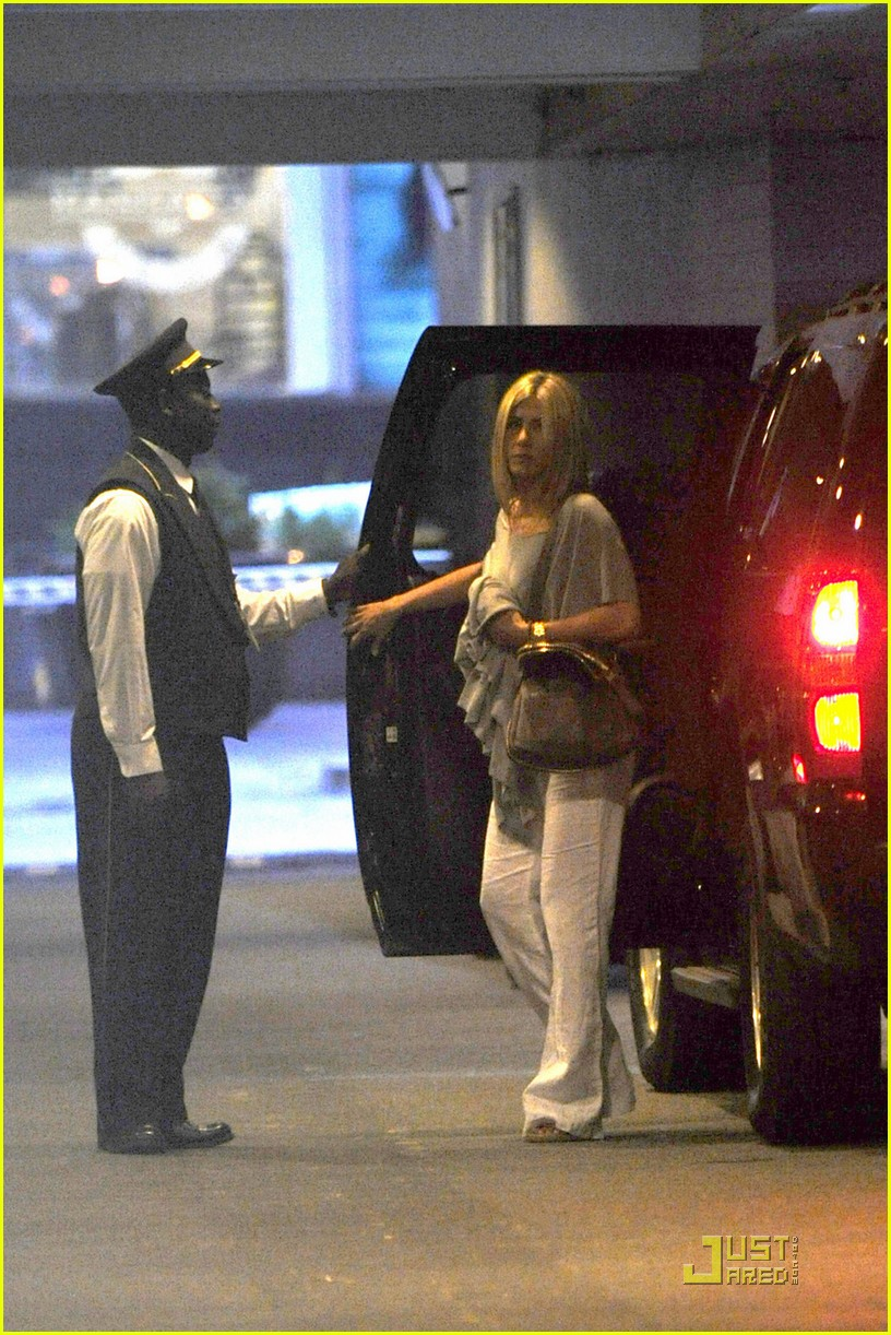 jennifer aniston waldorf astoria arrival with justin theroux 07