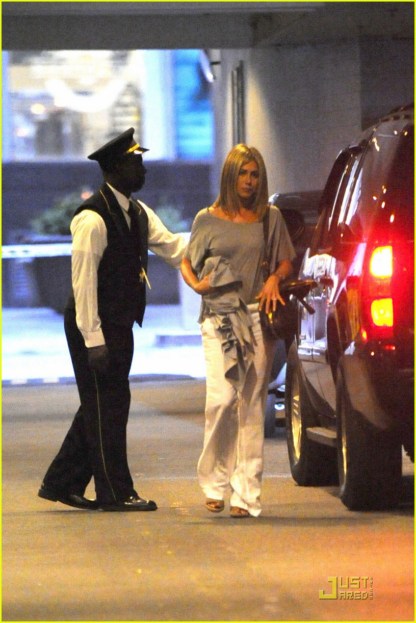 jennifer aniston waldorf astoria arrival with justin theroux 08