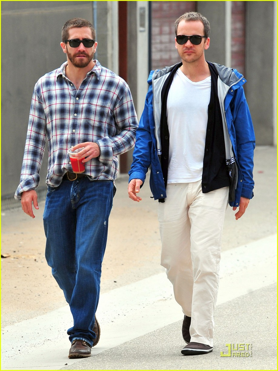 jake gyllenhaal lunches with peter sarsgaard 03