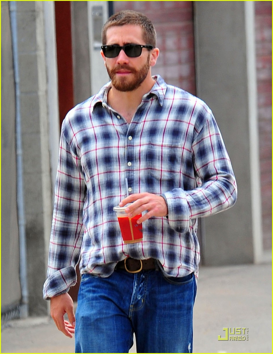 jake gyllenhaal lunches with peter sarsgaard 04