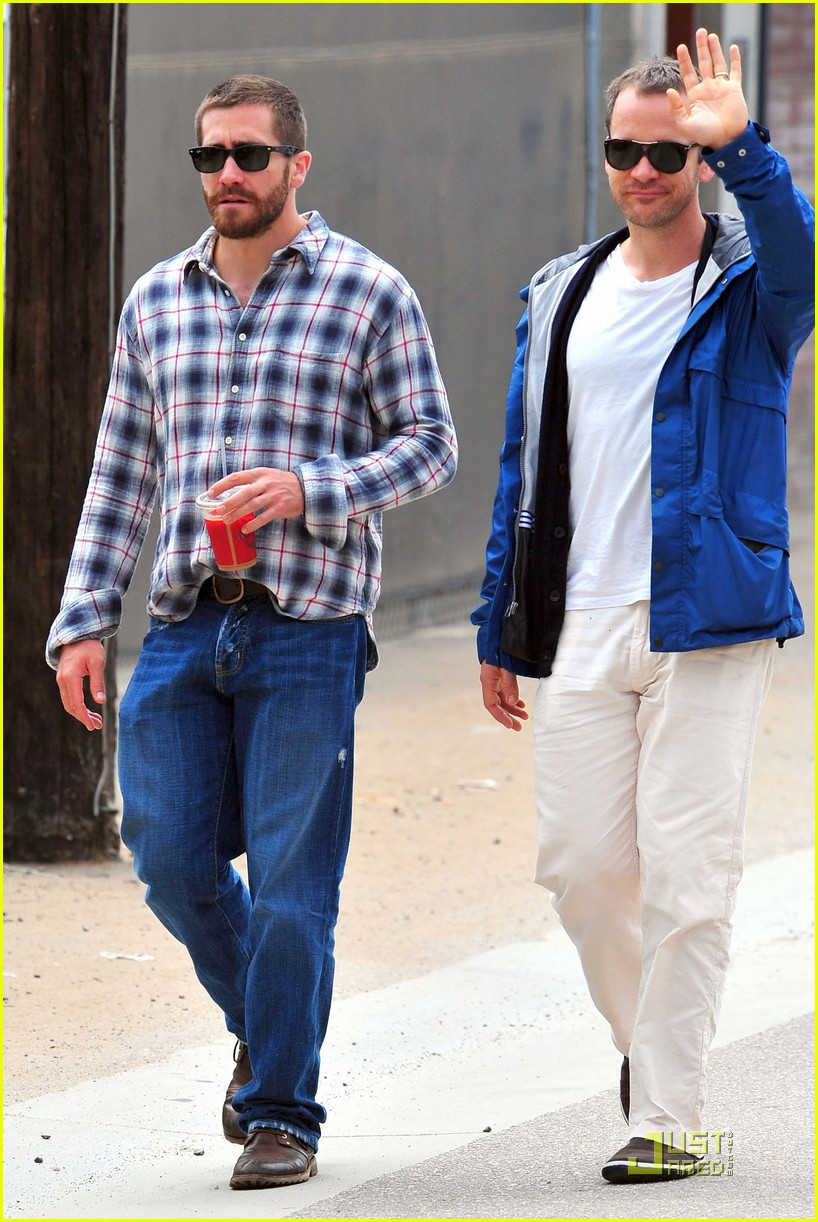 jake gyllenhaal lunches with peter sarsgaard 09