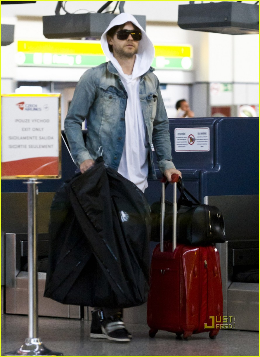 jared leto prague airport 02