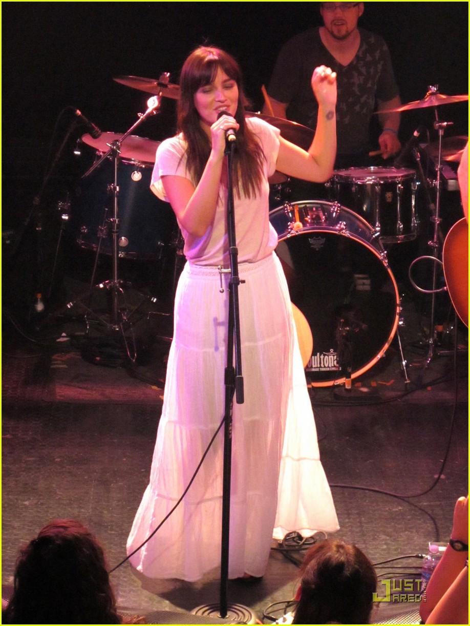 Leighton Meester concert