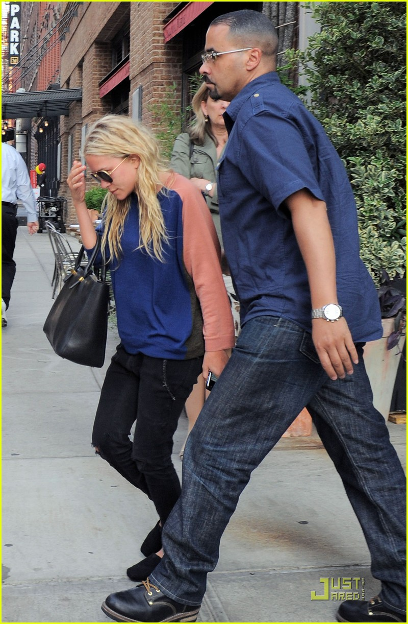 mary kate ashley olsen busy day in new york 05