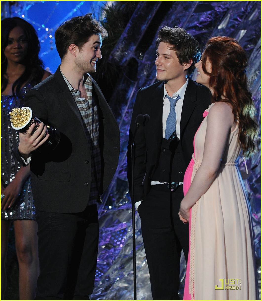 robert pattinson taylor lautner kiss movie awards 2011 08