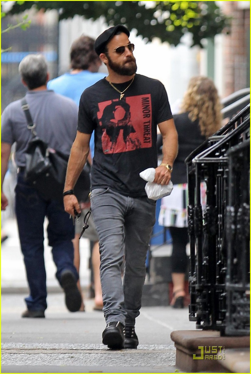 justin theroux nyc walk 02