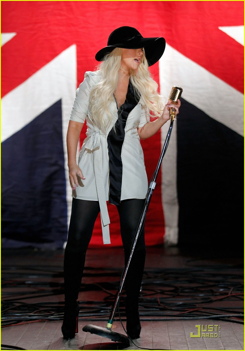 christina aguilera moves like jagger video shoot with adam levine 01