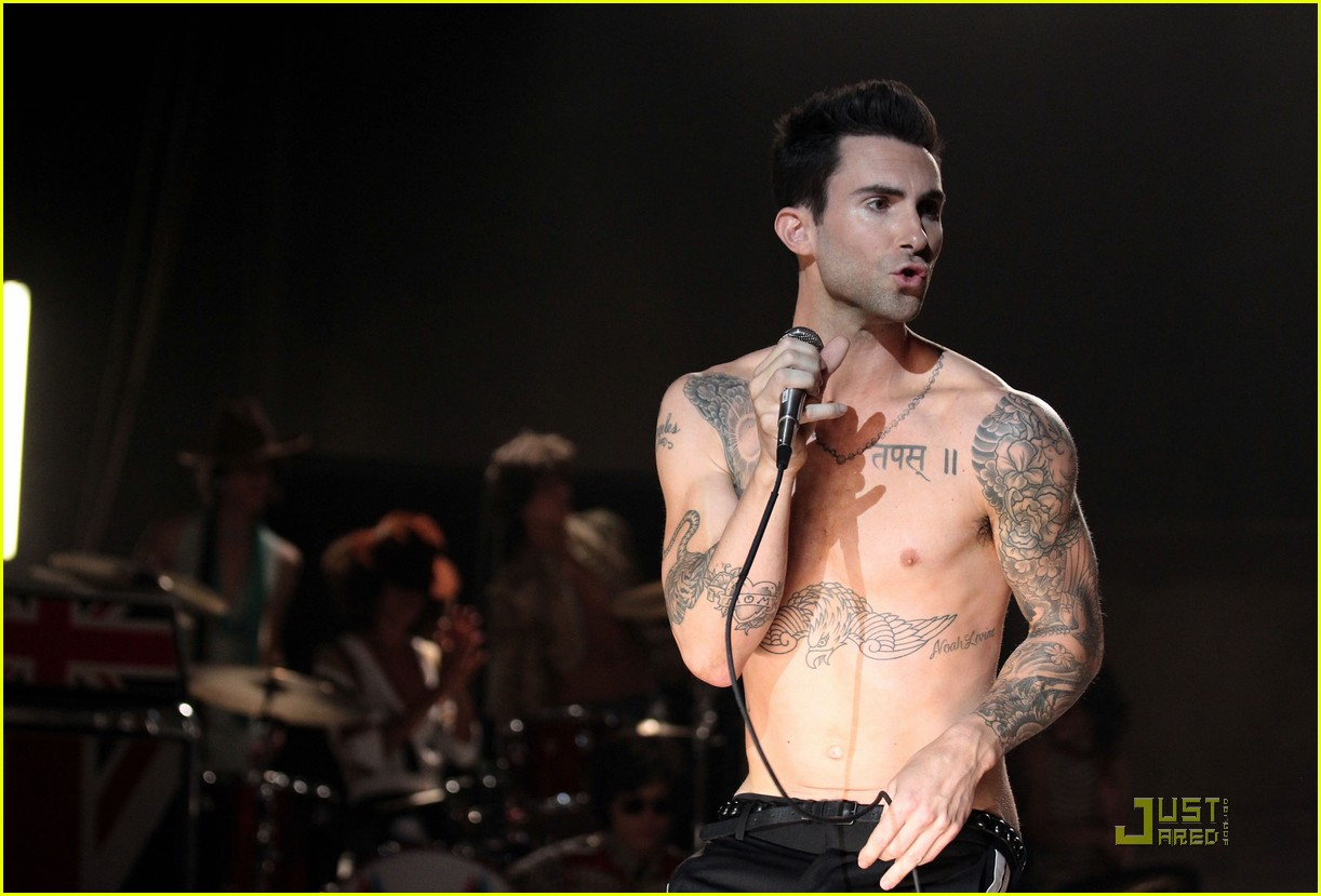 christina aguilera moves like jagger video shoot with adam levine 09