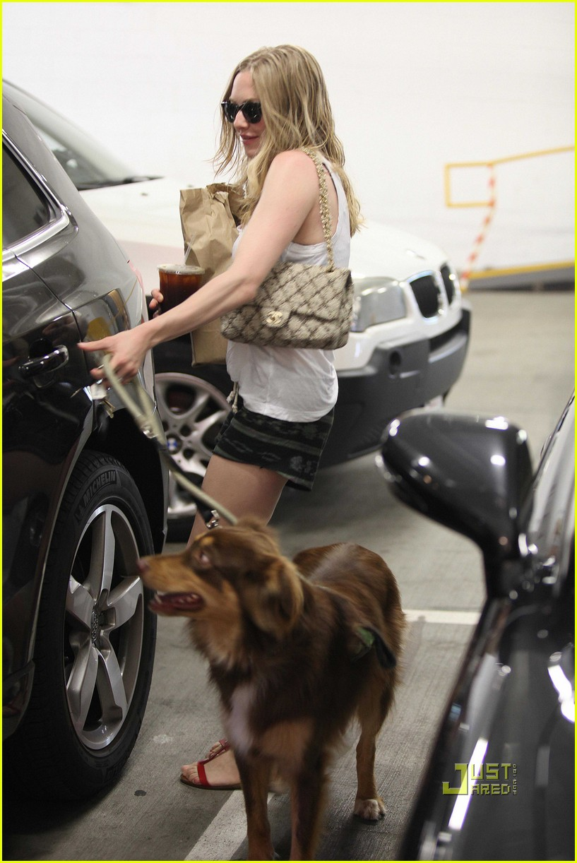 amanda seyfried finn walk coffee 04