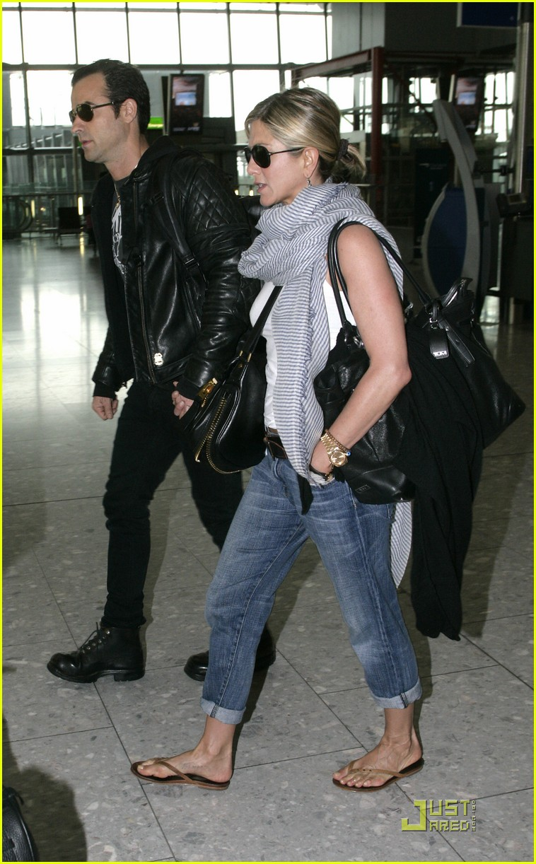 jennifer aniston justin theroux heathrow 02