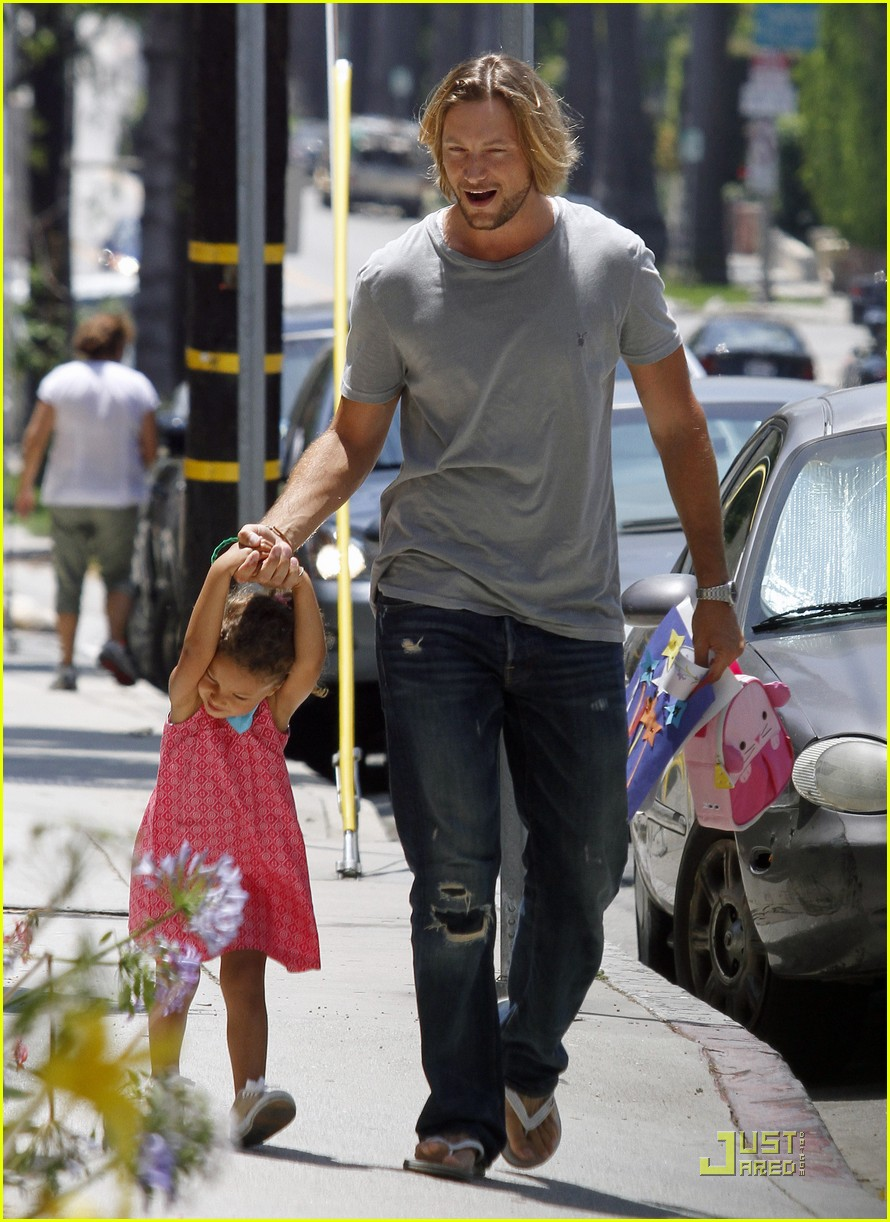 gabriel aubry gives nahla a lift 01