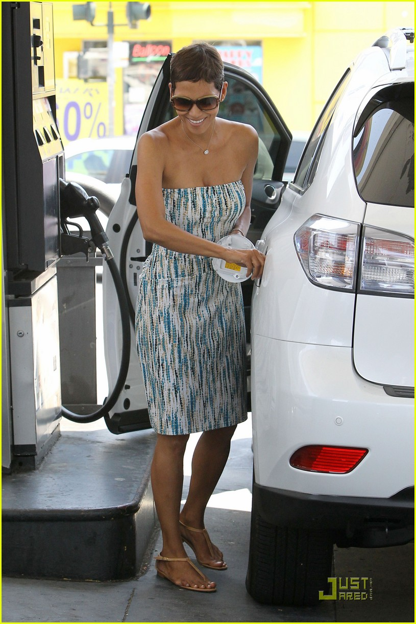 halle berry gas station 02