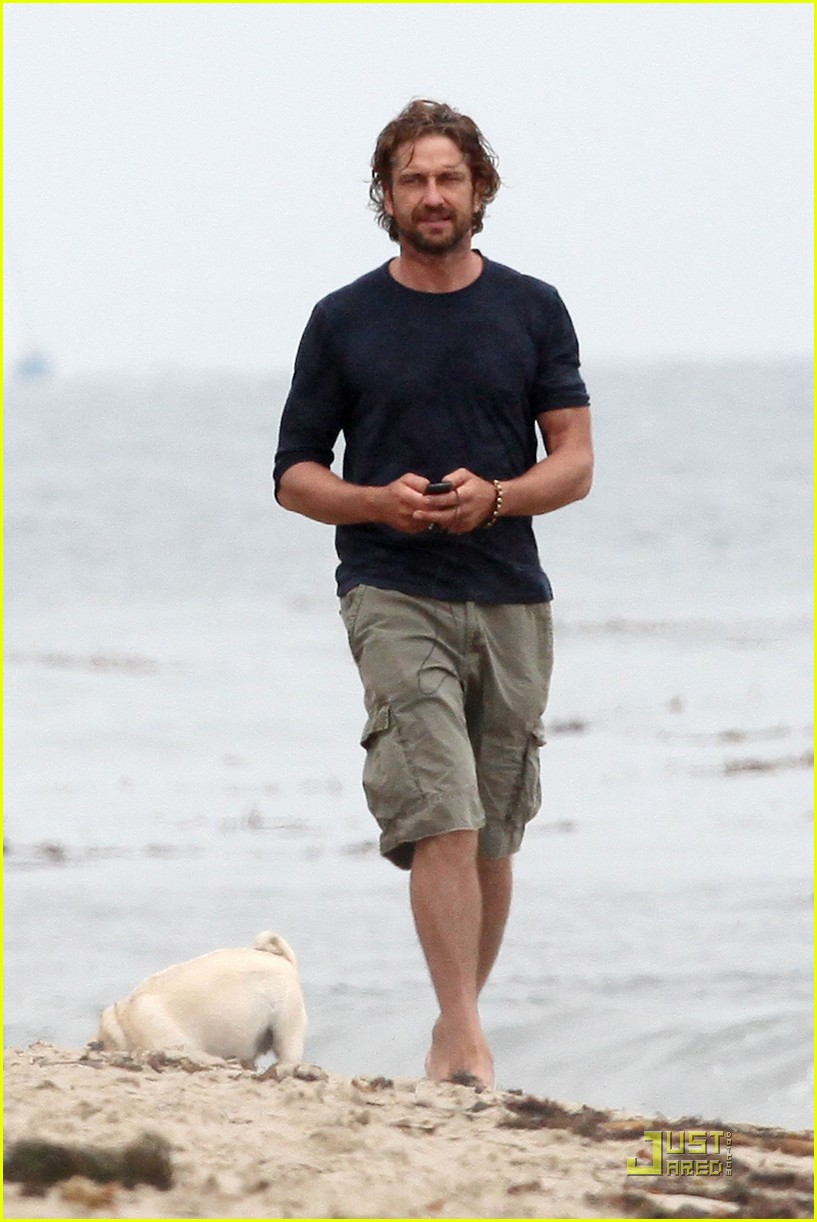 gerard butler strolls the beach with lolita 03