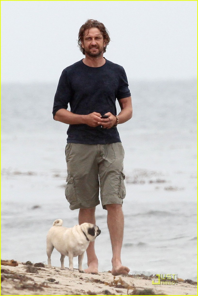 gerard butler strolls the beach with lolita 08