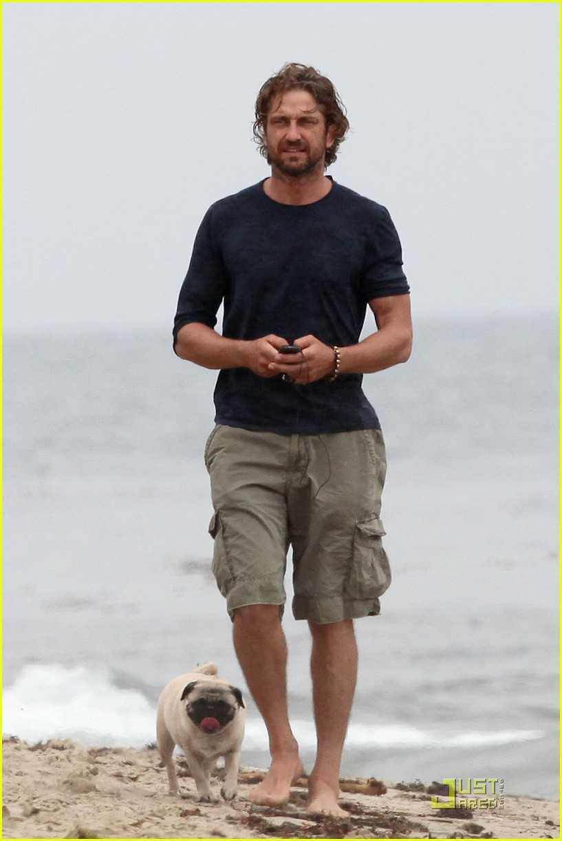 gerard butler strolls the beach with lolita 12