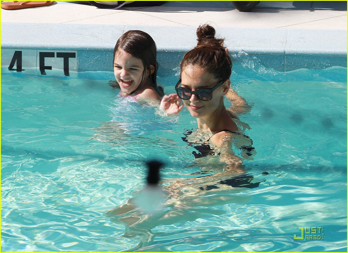 katie holmes tom cruise pool day with suri 08