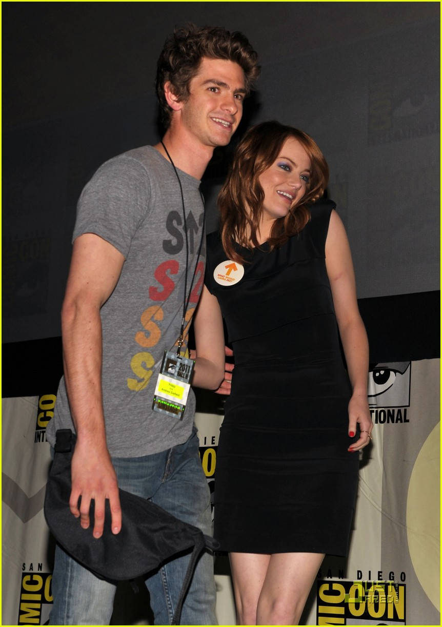 andrew garfield spidey suit at comic con with emma stone 07