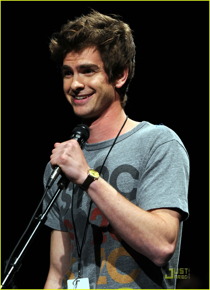 andrew garfield spidey suit at comic con with emma stone 102563032