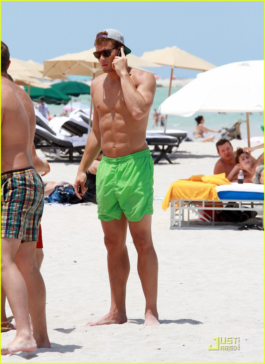 blake griffin shirtless beach 08