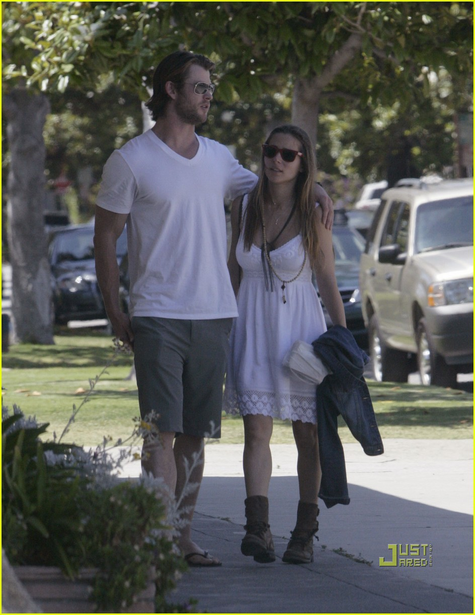chris hemsworth elsa pataky walk 01