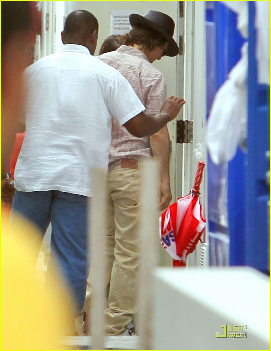 katie holmes tom cruise miami hotel arrival with the kids 05