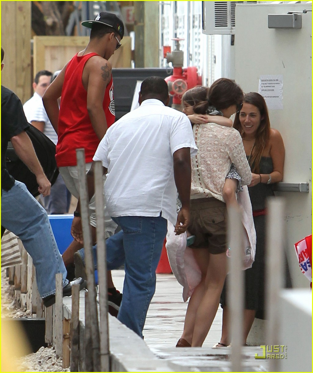 katie holmes tom cruise miami hotel arrival with the kids 10